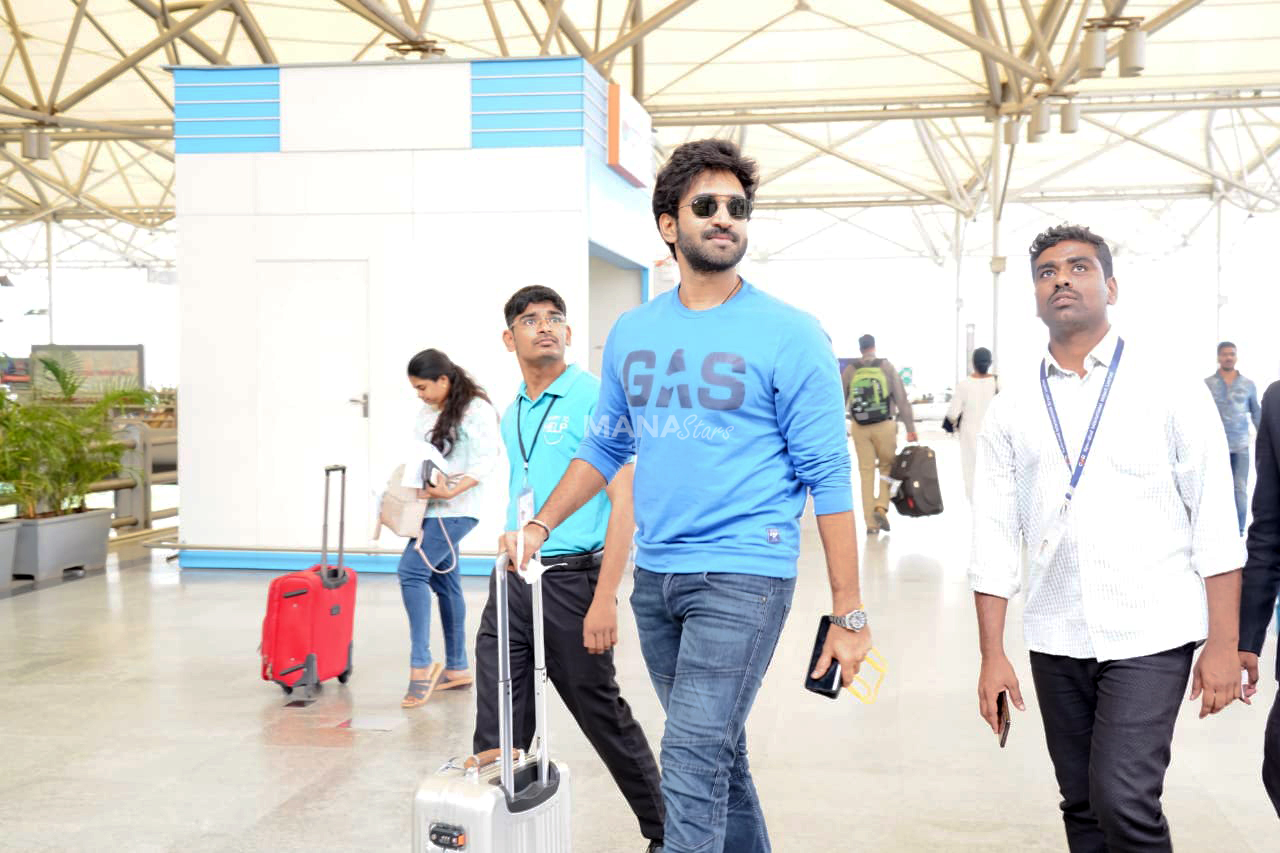 Photo of Aadhi Pinisetty Photos at Airport