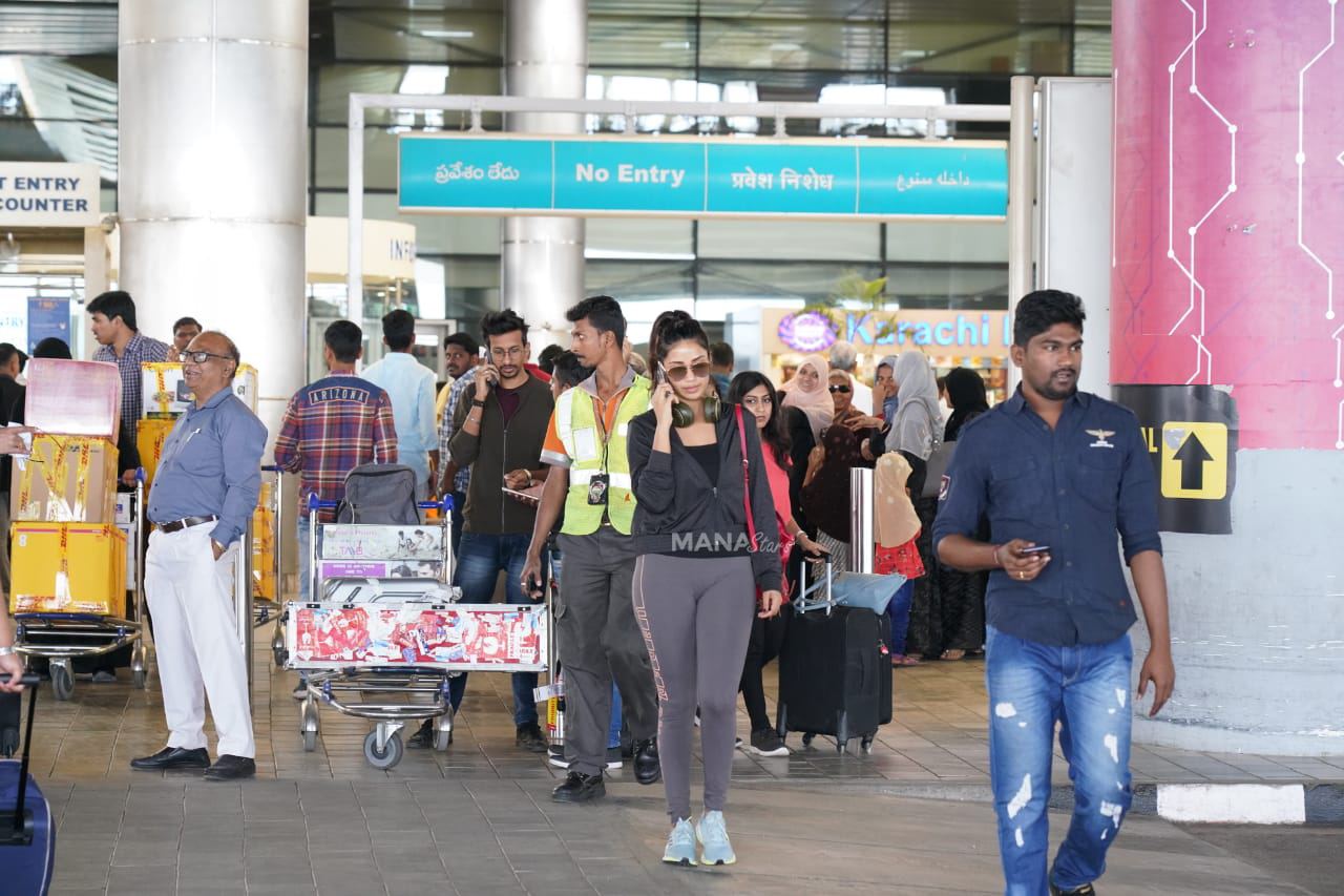 Photo of Nivetha Pethuraj Photos at Airport